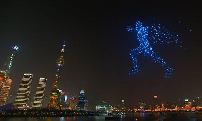 Der laufende Mann - dargestellt von programmierten Drohnen in der Hafenbucht von Schanghai zum Jahreswechsel.