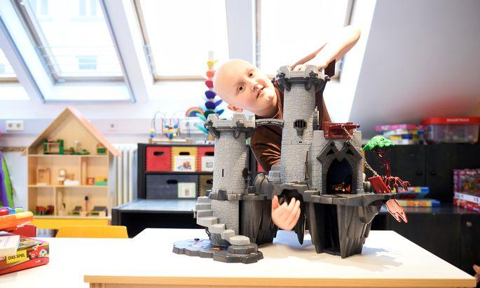 Mattis in einem Spielzimmer des St. Anna Kinderspitals. Weihnachten wird er zu Hause bei seiner Familie verbringen.