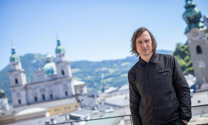 Lars Eidinger vor dem Podcast-Interview auf der Festspiel-Terrasse in Salzburg.