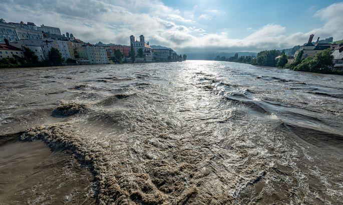 Bayern, Passau: Der Fluss Inn führt Hochwasser.