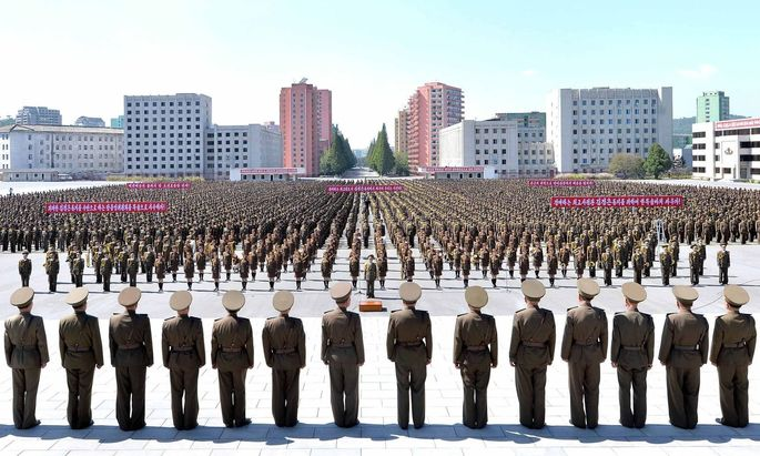 Ein Bild der nordkoreanischen Nachrichtenagentur KCNA bei einem Aufmarsch in Pjöngjang.