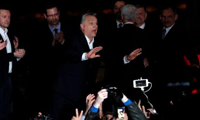 Viktor Orbán ist der Wahlsieger. Die ersten Gratulationen kamen von rechtsaußen.