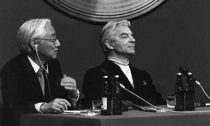 """""""Alles andere war Gaslicht"""": Dirigent Herbert von Karajan, stets ein Freund des technischen Fortschritts, mit Sony-Chef Akio Morita bei der Präsentation der ersten CD 1981."""