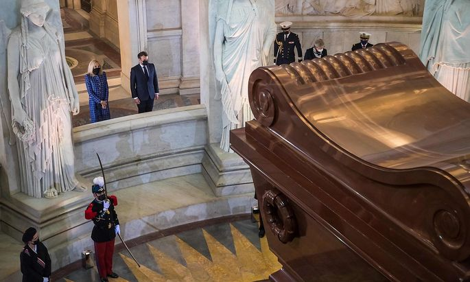 Brigitte und Emmanuel Macron am Grabmal Napoleons.