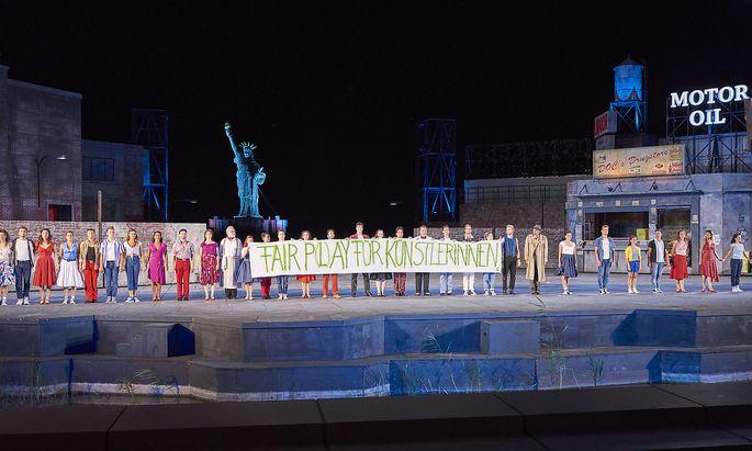"""Mit einem Banner mit der Aufschrift """"Fair P(l)ay für KünstlerInnen"""" will sich das Ensemble für eine """"faire Bezahlung"""" einsetzen."""