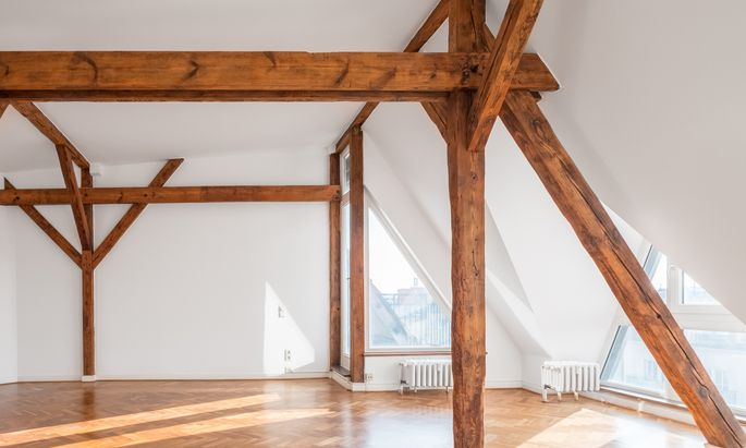 Altehrwürdiger Dachstuhl in neuem Glanz: revitalisierter Wohnraum mit historischen Details.