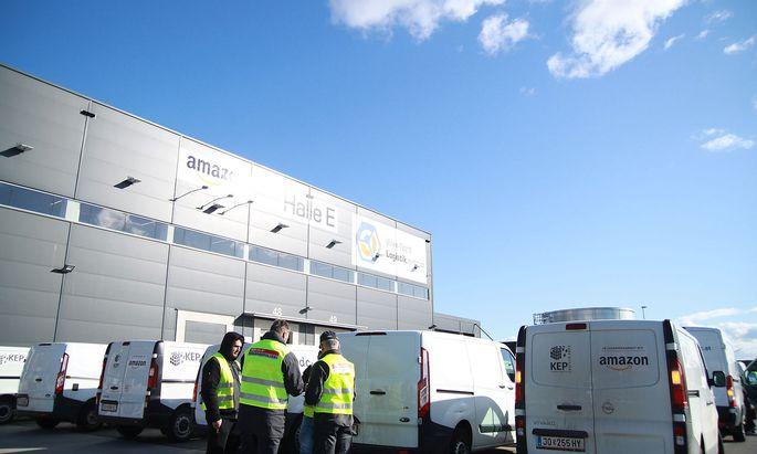 Wirbel beim Amazon-Verteilzentrum in Großebersdorf. Die Finanzpolizei ermittelt nicht gegen den US-Konzern, sondern gegen seine Partner im Liefergeschäft.