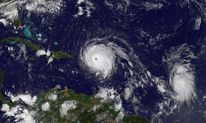 """Archiv-Satellitenaufnahme von Hurrikan """"Irma"""", gefolgt von """"José""""."""