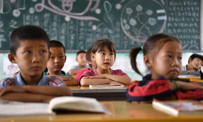 Peking will mit der Maßnahme finanziellen Druck von den Eltern nehmen, damit diese sich öfter dafür entscheiden, mehr als ein Kind großzuziehen.