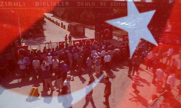Zivilisten blockieren nach dem Putschversuch am 15. Juli die Einfahrt eines Militärgeländes in Ankara.