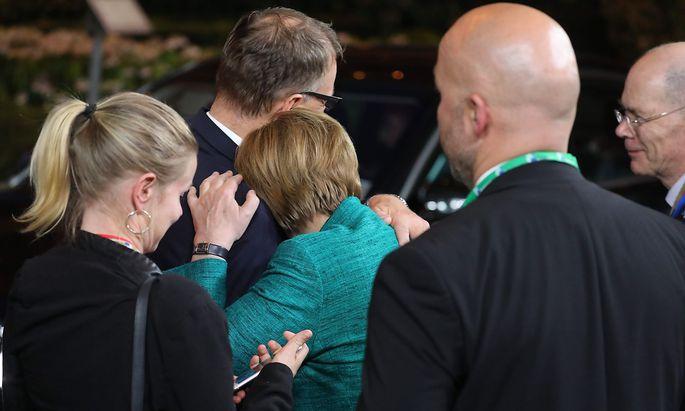 Ein langer Verhandlungstag ging in Brüssel erst in den Morgenstunden zu Ende. Angela Merkel verabschiedet sich vom finnischen Ministerpräsidenten Juha Sipilä.