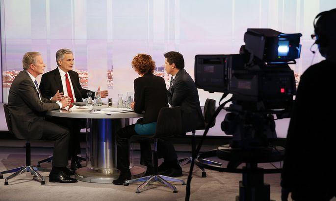 """Rot-Schwarz und Kanzler Faymannsprach damals von der """"größten Steuerreform der zweiten Republik"""". (im Bild: Faymann und der damalige damaligen ÖVP-Obmann Mitterlehner bei einer gemeinsamen ORF-""""Pressestunde"""" im März 2015)"""