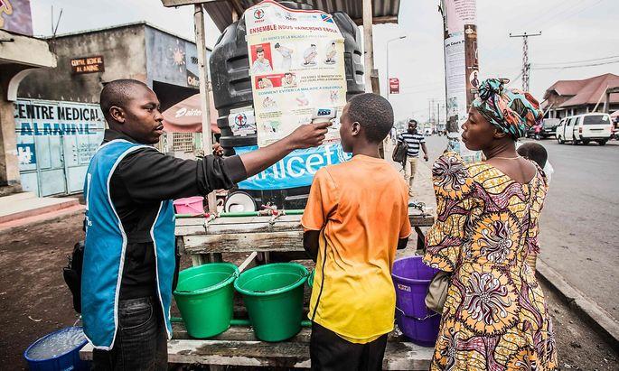 In Goma wird mancherorts die Körpertemperatur der Bewohner gemessen und auf die richtige Reaktion auf eine Ebola-Erkrankung vorbereitet.