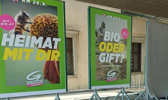"""Das Wahlplakat der Grünen mit der Aufschrift: """"Bio oder Gift?"""" hatte für Aufregung gesorgt. Die """"keinster Weise die österreichische Landwirtschaft"""", ließ Landwirtschaftsministerin Köstinger (ÖVP) etwa wissen."""