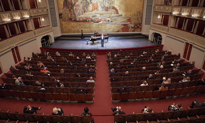 Vor dem noch nicht politisch korrekten Vorhang: Günther Groissböck bei seinem Liederabend in der Wiener Staatsoper.