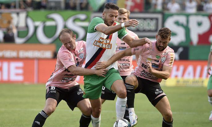 Kein Durchkommen: Für Rapids Ercan Kara (Mitte) war bei Ex-Klubkollege Mario Sonnleitner (l.) meist Endstation.