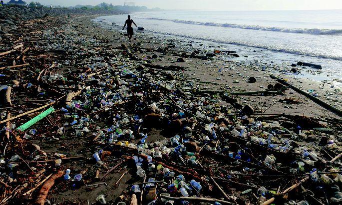 Müll. Würden Strände nicht regelmäßig gereinigt, sie bestünden aus Plastik. Warum aber landet so viel Kunststoff überhaupt dort? Ist Vermeidung nicht der einzige Weg?