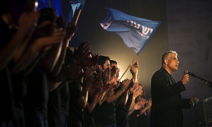Yair Lapid stimmt die Anhänger seiner Zukunftspartei auf ein Ende der Netanjahu-Ära ein. Der frühere TV-Moderator und Ex-Finanzminister versucht neuerlich, den Langzeit-Premier abzulösen. Mit Benny Gantz, seinem Ex-Partner im Blau-Weiß-Bündnis, ist er drei Mal gescheitert.