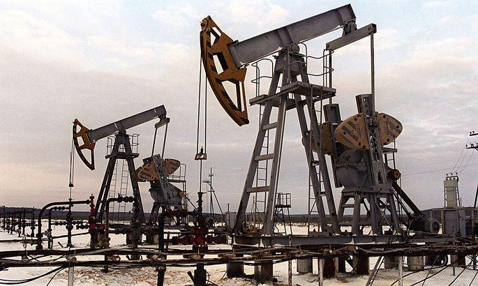 FILE RUSSIA ECONOMY OIL PRICE