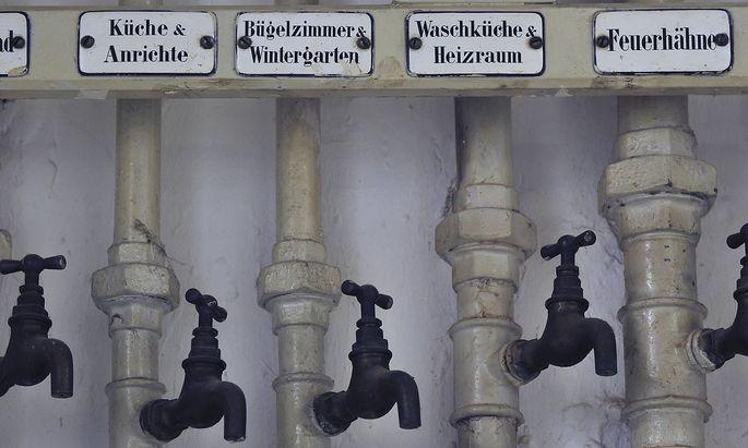 Alte Wasserhaehne in einem Keller deutsche Beschriftung der zugehoerigen Raeume iblsig01893752