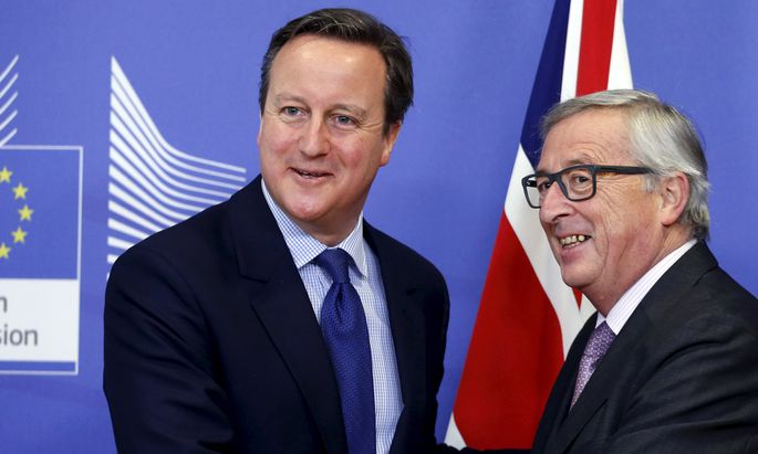 Britain´s PM Cameron poses with EU Commission President Juncker in Brussels