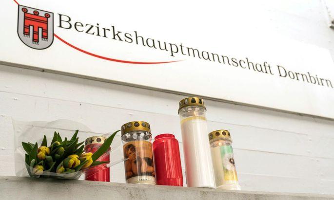 Kerzen und Blumen vor dem Eingang der Bezirkshauptmannschaft Dornbirn