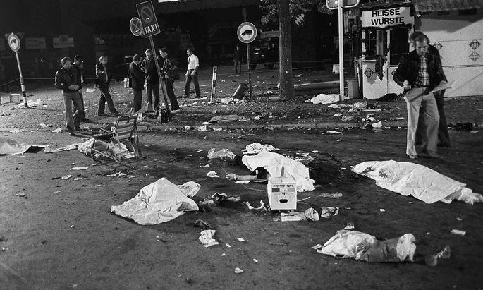 Am späten Abend des 26.09.1980 kamen bei einem Bombenanschlag auf dem Münchener Oktoberfest zwölf Menschen ums Leben, 140 wurden zum Teil schwer verletzt. Die Bombe war gegen 22.20 Uhr in einem Papierkorb am Haupteingang detoniert.