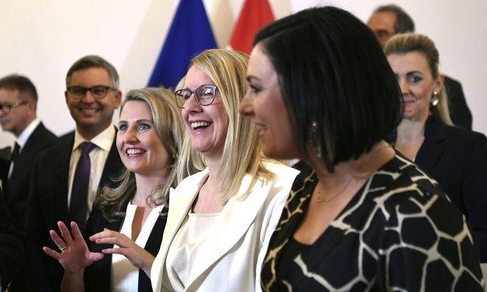 Frauen haben erstmals die Mehrheit in der Regierung: Hier Susanne Raab, Margarete Schramböck und Elisabeth Köstinger bei der Angelobung.