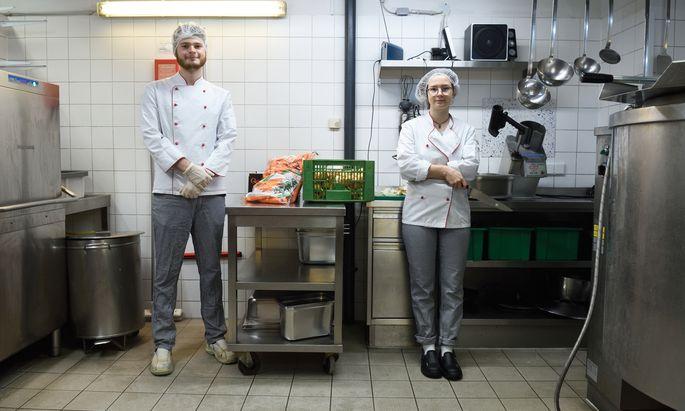 Was wird gekocht, wie viel Salz kommt in die Suppe? Thomas und Pauline behalten in der Canisibus-Küche den Überblick.