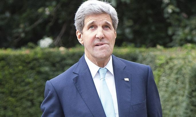 U.S. Secretary of State Kerry waits to meet Oman's Foreign Minister Yusuf bin Alawi bin Abdullah in London