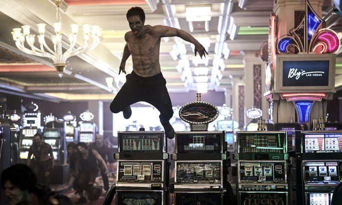 """Lebende Leichenlawinen rollen in Zack Snyders """"Army of the Dead"""" durch Las-Vegas-Casinoruinen – da muss man durch, wenn man den Jackpot knacken will."""