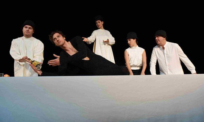 Champagner für alle Hochstapler! Von links: Tilman Rose, Tobias Artner (als Felix Krull), Nanette Waidmann, Laura Laufenberg und Michael Scherff.