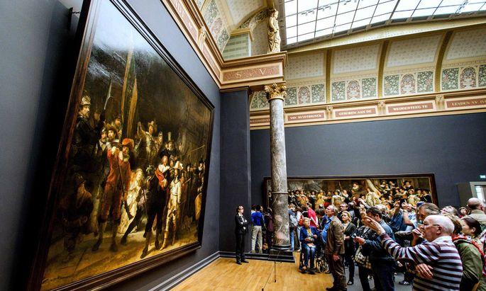 """Zwei Millionen Besucher drängen sich jedes Jahr vor Rembrandts """"Nachtwache"""". Nun können sie auch Forschern und Restauratoren bei der Arbeit zuschauen."""