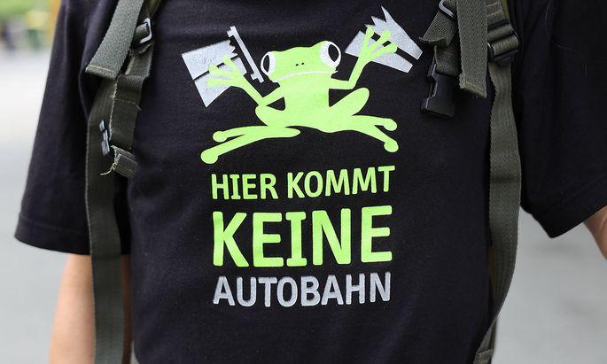 Lobau-Gegner bei einer Lobau-Demo am Wiener Karlsplatz am 2. Juni 2021.