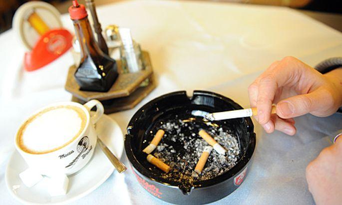 Etwa jeder Fünfte wübscht sich ein gänzliches Rauchverbot in Lokalen.