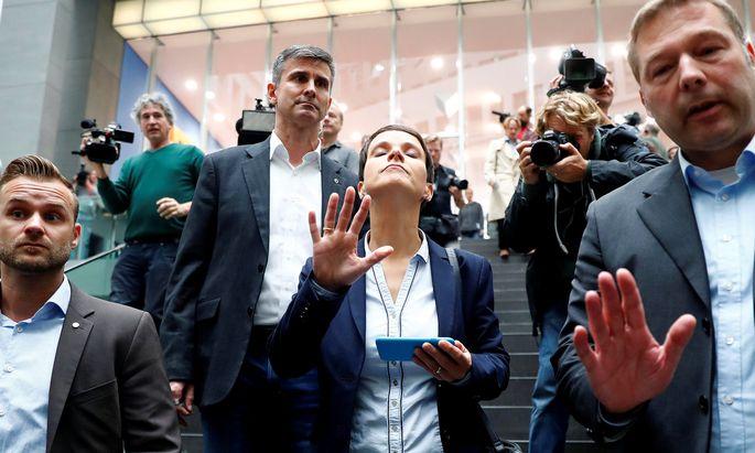Frauke Petrys Überraschungscoup am Montagmorgen: Knall auf Fall verließ sie die AfD – und ließ die Parteispitze in Berlin verdutzt sitzen. Sie wird im Bundestag erst einmal eine One-Woman-Show aufführen.