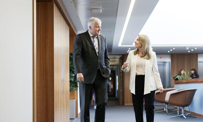 Susanne Raab im deutschen Ministerium für Inneres in Berlin bei Ressortchef Horst Seehofer. Er ist nicht nur Innen-, sondern auch Heimatminister.