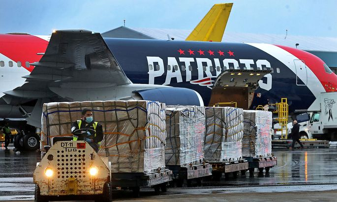 Eine Boeing des Footballteams der New England Patriots brachte eine Million Masken aus China nach Boston und New York.