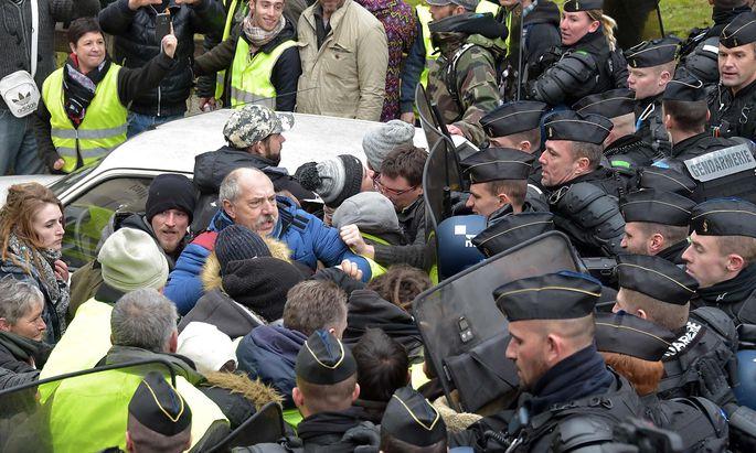 Die Gelbwesten-Proteste gehen in Frankreich nicht immer friedlich über die Bühne. Die Regierung verschärft Gesetze.