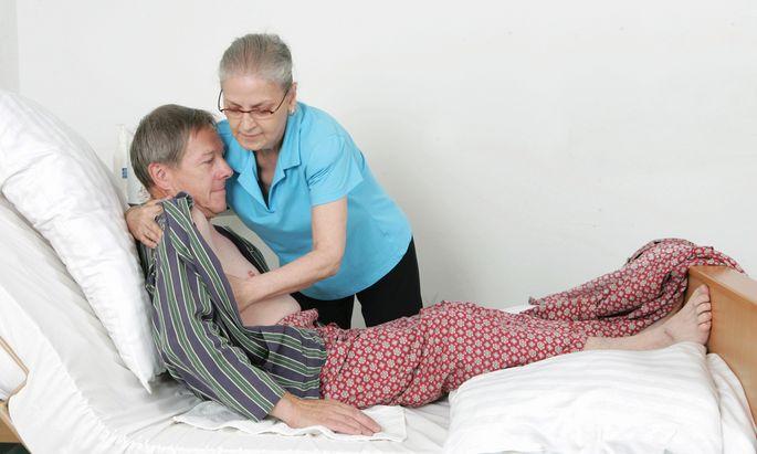 Wie man bettlägrige Angehörige am besten umziehen und bewegen kann, zeigen Kurse des Roten Kreuzes.