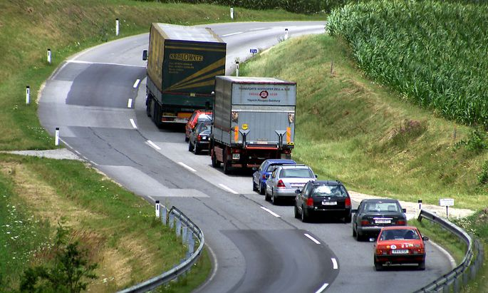 Autokolonne hinter LKW