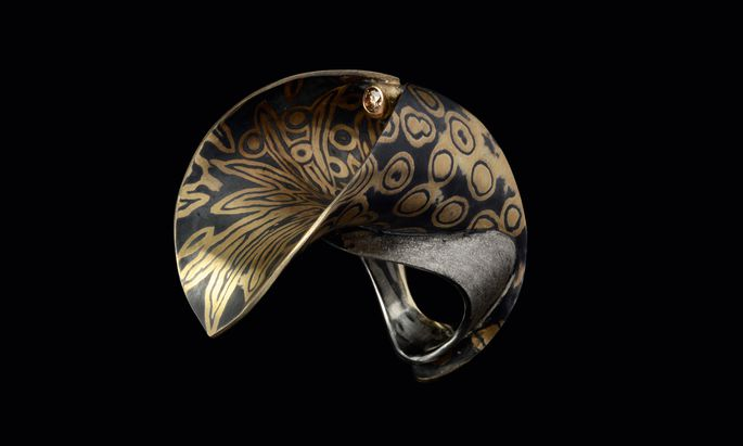 Gemasert. Ein Ring in Silber und Gold mit braunem Brillanten von Alois Mach, machwerk.at