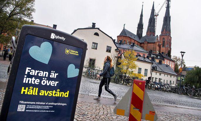 """""""Die Gefahr ist noch nicht verbei. Halte Abstand"""", steht auf diesem Mistkübel in der Innenstadt von Uppsala in Schweden."""