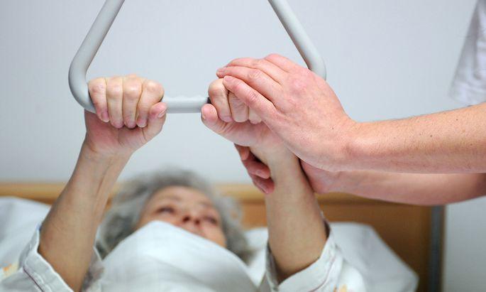 Zehn Schulversuche zur Pflegeausbildung sollen ab Herbst starten.