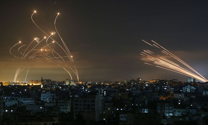 Raketen erleuchten den Nachthimmel. Der Krieg zwischen Israel und der Hamas ist auch am Freitag zunächst unvermindert weitergegangen.