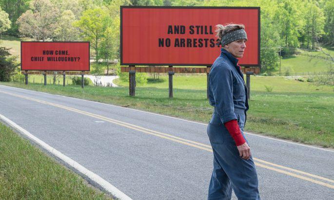 Schilder wie analoge Tweets: Mildreds kämpft für Gerechtigkeit.