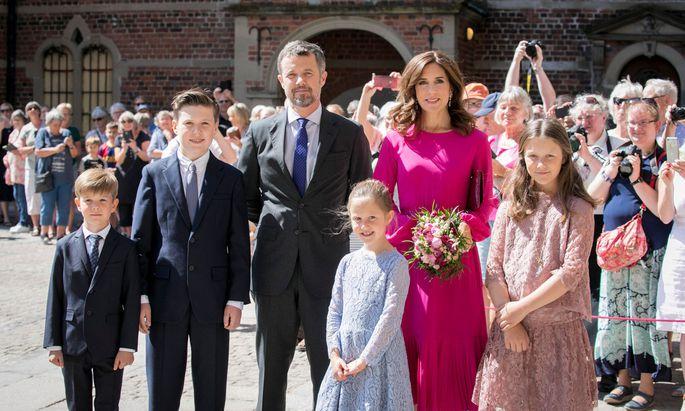 v.l. Prinz Vincent, Prinz Christian, Kronprinz Frederik, Prinzessin Josephine, Kronprinzessin Mary und Prinzessin Isabella