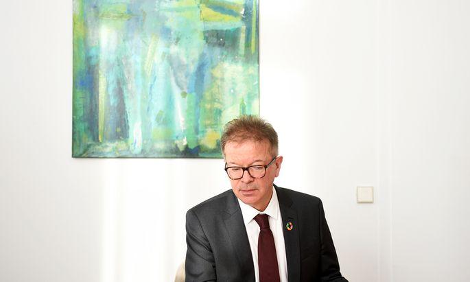 Sozialminister Rudolf Anschober lädt am Mittwoch zum runden Tisch. Er will über das erwartete Defizit der Österreichischen Gesundheitskasse reden.