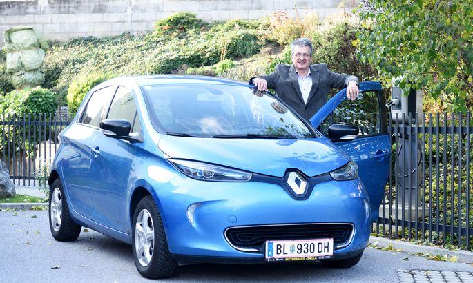 Manfred Brustmann mit seinem Renault Zoe.
