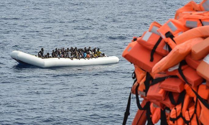Ein Schlauchboot mit Flüchtlingen vor der libyschen Küste.